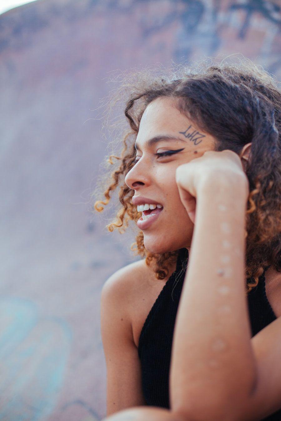 Rosa Luz é mulher trans, negra, rapper, youtuber, artista, comunicadora e muito