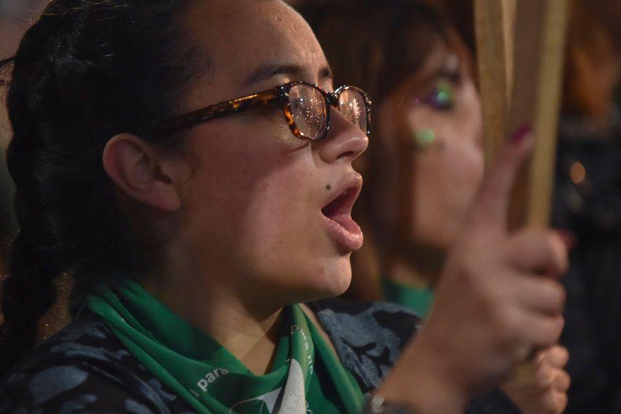 A imagem de milhares de jovens, sacudindo lenços verdes, símbolo da luta pela descriminalização do aborto,...