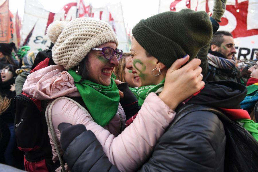 Ativistas a favor da descriminalização choram e se abraçam após divulgação da decisão da Câmara dos Deputados,...