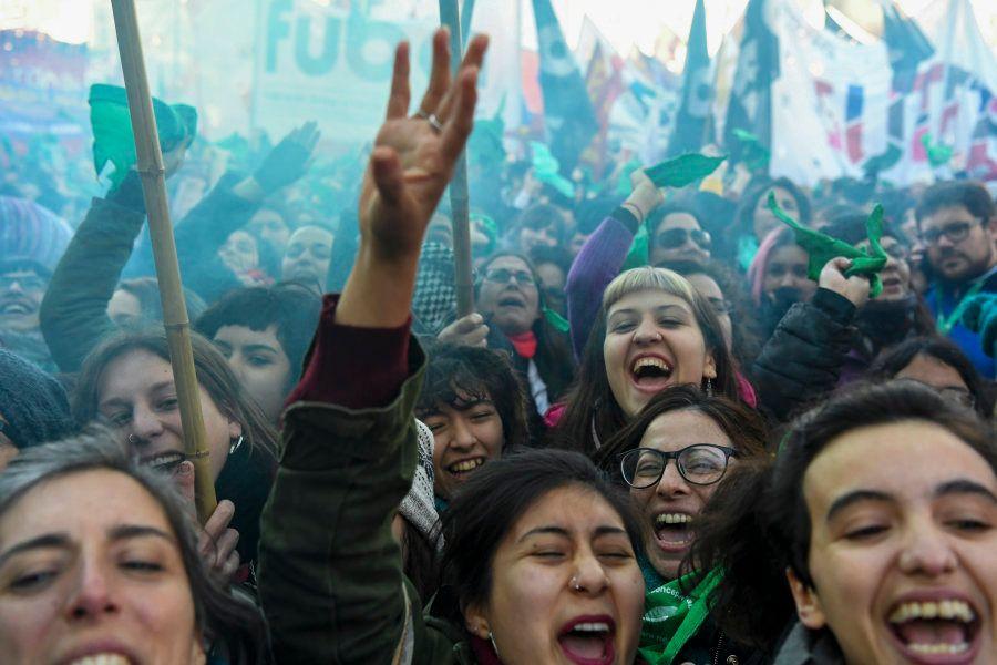 'A esperança é verde': A emoção das mulheres ao conquistar o 1° passo da legalização do aborto na