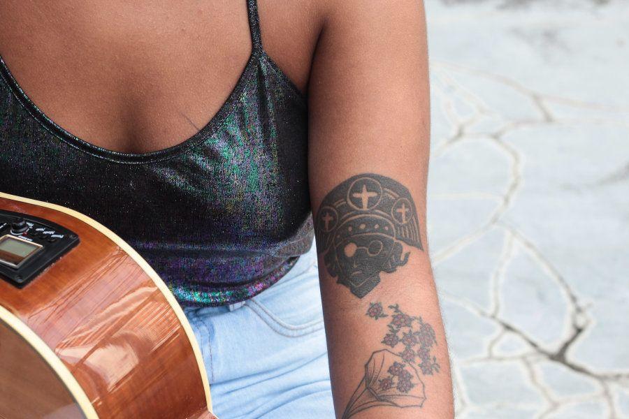 A tatuagem que representa um cangaceiro mostra que o Sertão está em sua raiz, em seu jeito de cantar...