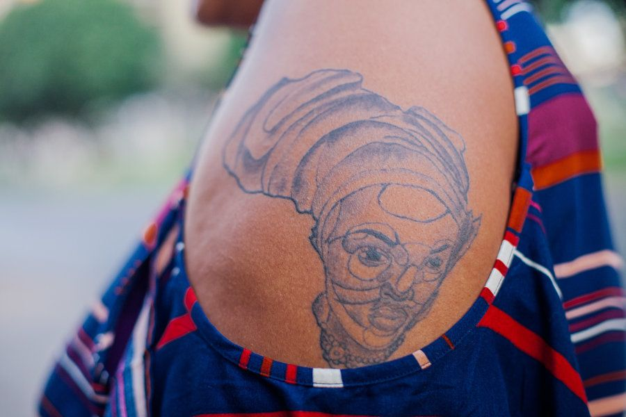 Foi a inquietação de não encontrar especialistas em tatuagem para peles negras que ela escolheu trilhar...