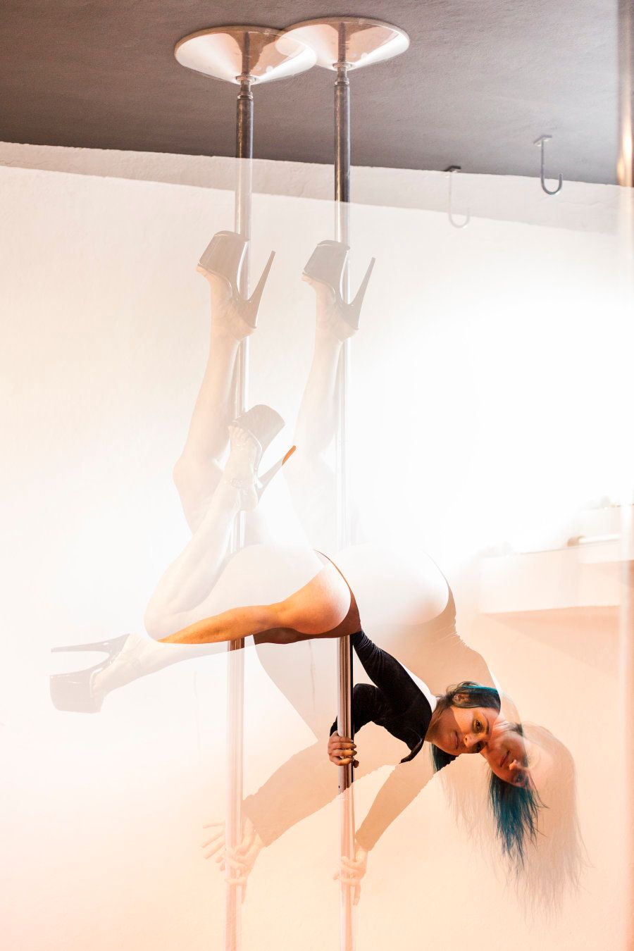 Depois de tanto praticar, Bianca se tornou professora -- e uma verdadeira apaixonada pelo poder do pole