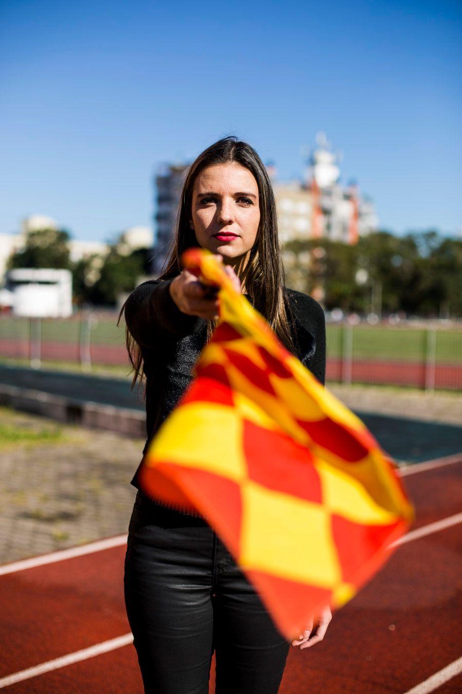Luiza é uma das três mulheres no quadro de árbitros da Federação Gaúcha de Futebol (FGF) e das 107, de...