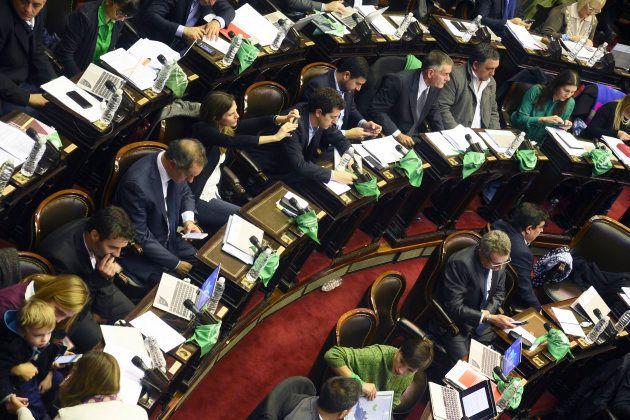 Deputador argentinos durante votação na Câmara, em 13 de