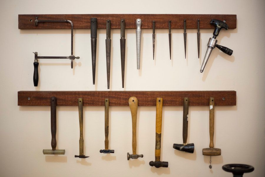 As ferramentas existem, mas o que faz Ana esculpir, mesmo, é o