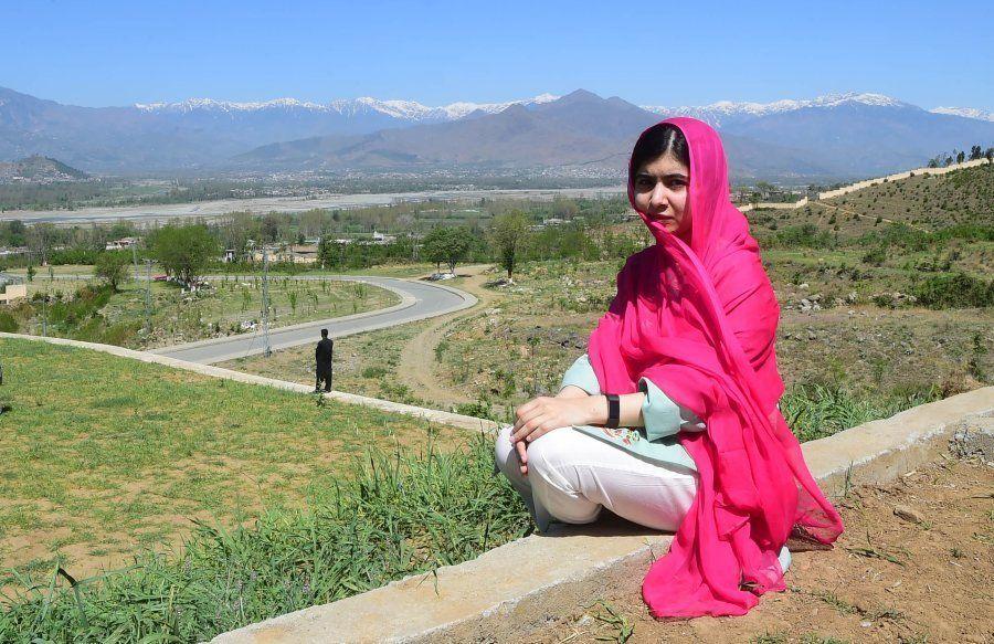 Malala Yousafzai nas montanhas do Vale do Swat, quando voltou, pela primeira vez após o atentado, ao...