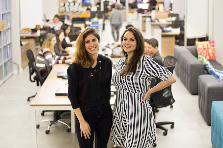 Aos 16 e 18 anos, Carol e Karina tiveram que assumir a gestão de um centro com 1.200 alunos e à beira...