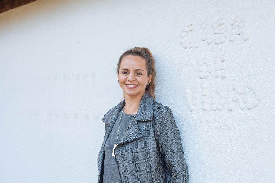 Patrícia posa à frente de seu ateliê, em Brasília,