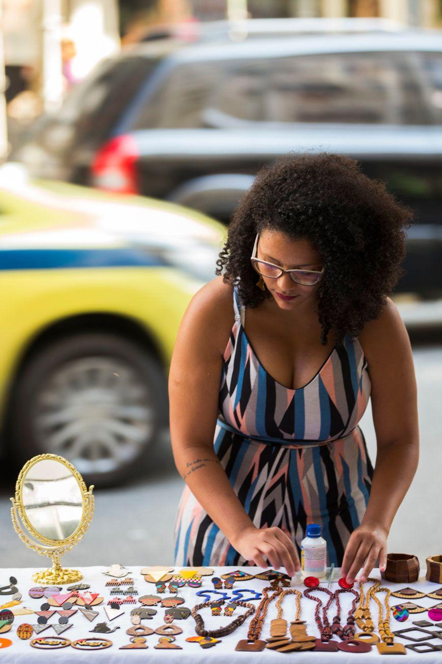 Juliana Cardoso organiza suas peças de artesanato na Avenida Nossa Senhora de Copacabana, seu ponto de