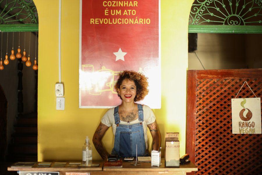 Rango Vegan: Carol comemora 12 anos do negócio baseado em trabalho em cooperação, autogestão e
