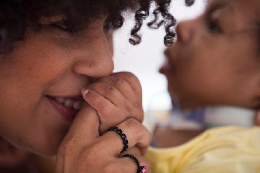 A comunicação entre Maíra e Micaela, mãe e filha, ocorre só pelo