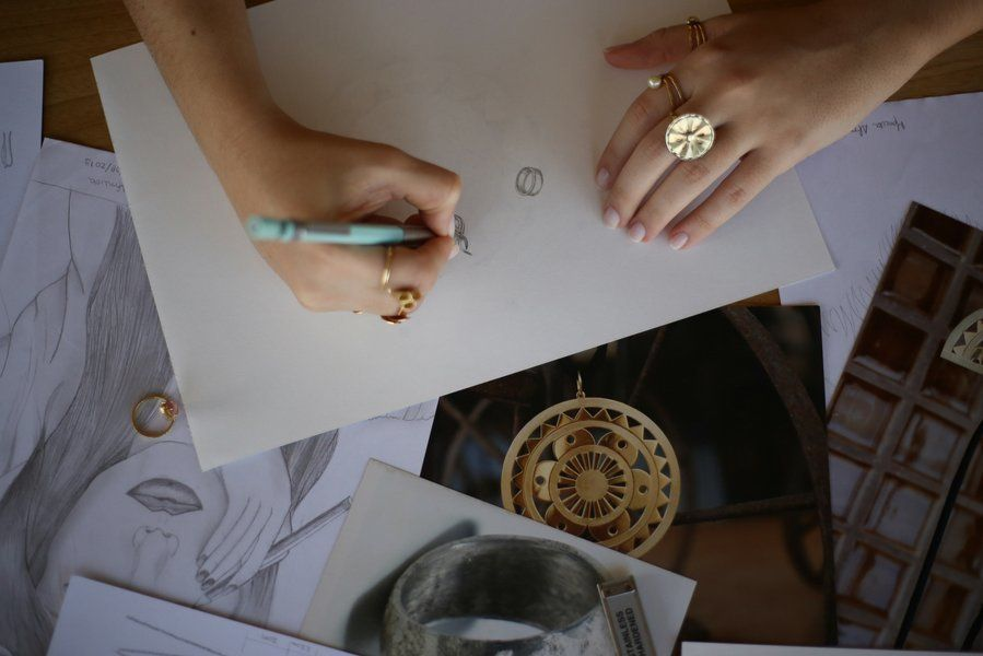 Desenhar era um hábito quando Marcela era criança e adolescente. Ela conectou essa habilidade à paixão...