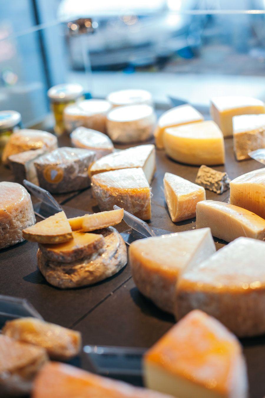 Os queijos que Marina mais gosta de trabalhar (e comercializar em seu bar) são produzidos na região da...
