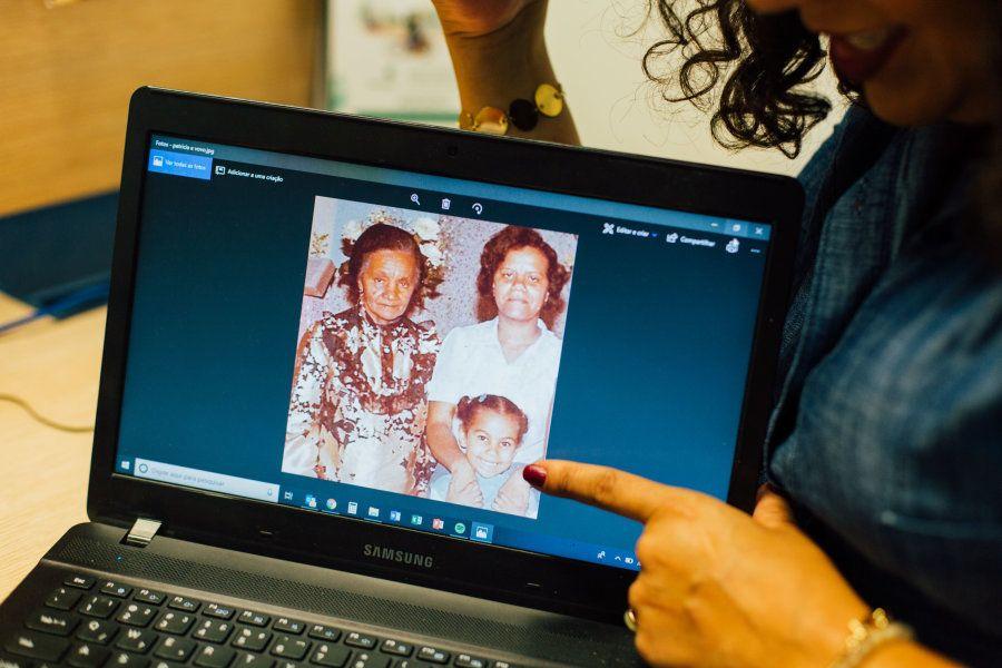 Patrícia mostra foto de quando era criança, ao lado de sua avó, Dona