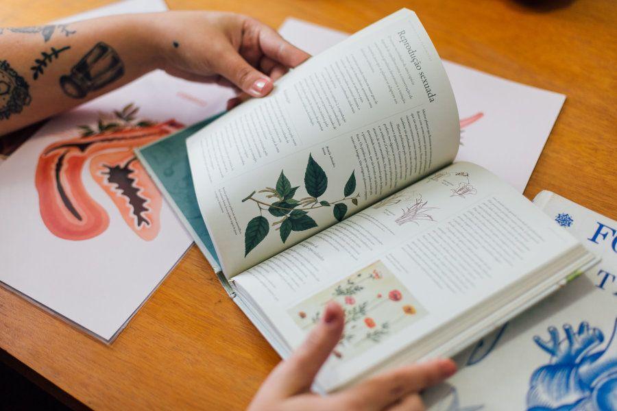 Para trazer a relação das mulheres com a natureza, Priscila estuda formas e espécies que possam se encaixar...