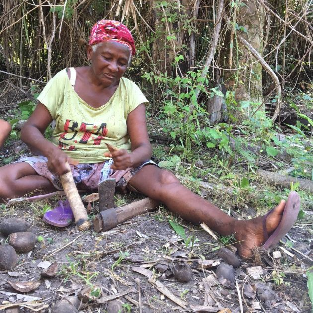Quebrando coco e vendendo seus derivados, mulheres como Dona Dijé sustentam seus filhos, e garantem a...