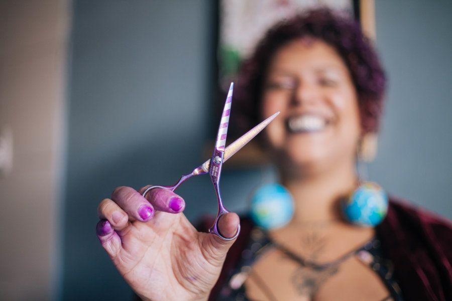 Especialista em cachos, ela corta cabelos seja ao ar livre na sombra de ipês na Universidade de Brasília