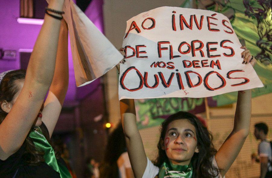 Mulheres protestam em São Paulo pela descriminalização do aborto, em 8 de agosto de