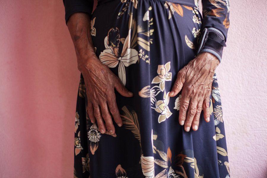 As mãos de Dona Flor a auxiliaram a ter seus 18 filhos sozinha; assim como a fazer mais de 300