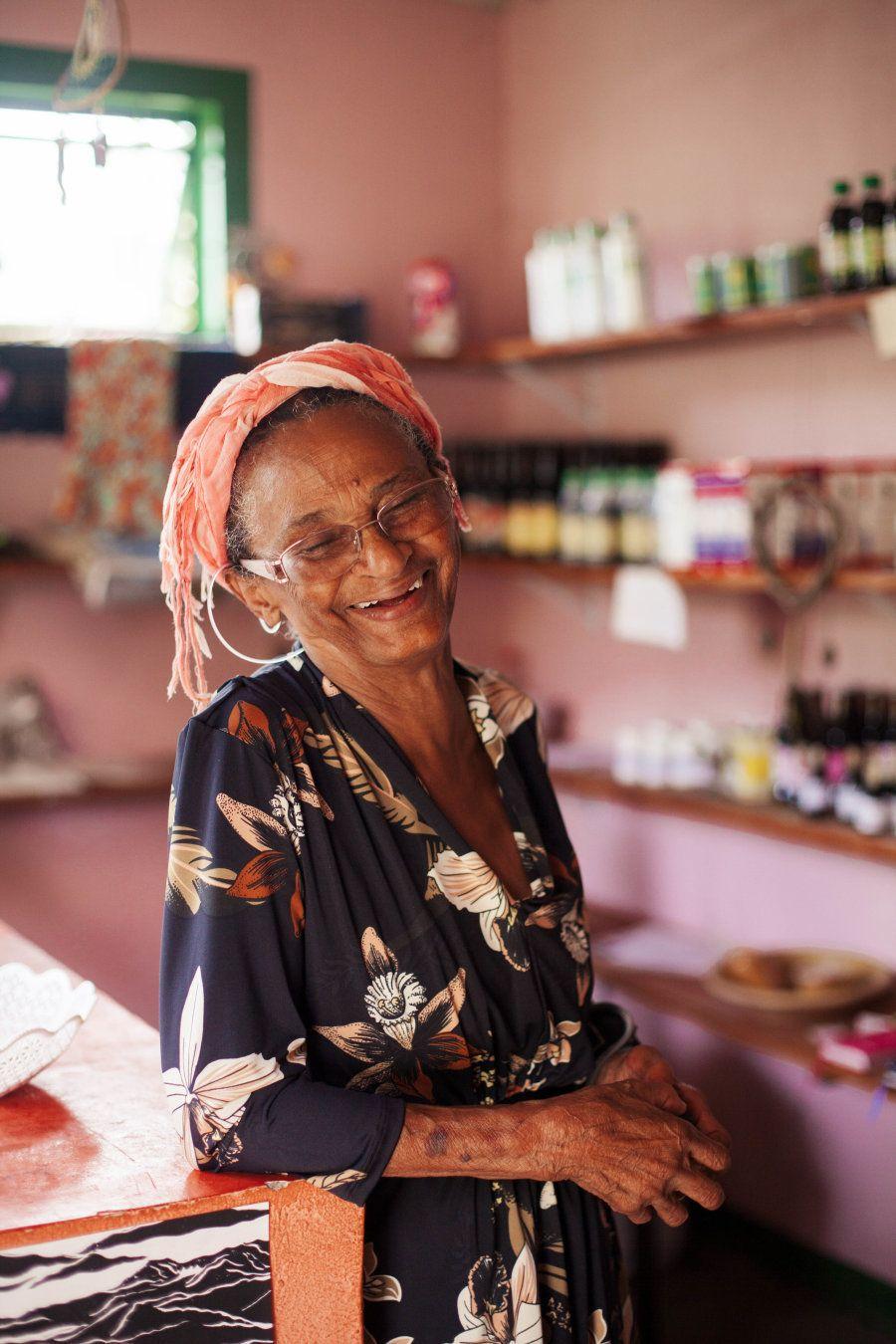 Hoje, Dona Flor trabalha com dois de seus filhos e sua renda vem dos remédios de origem natural que vende...