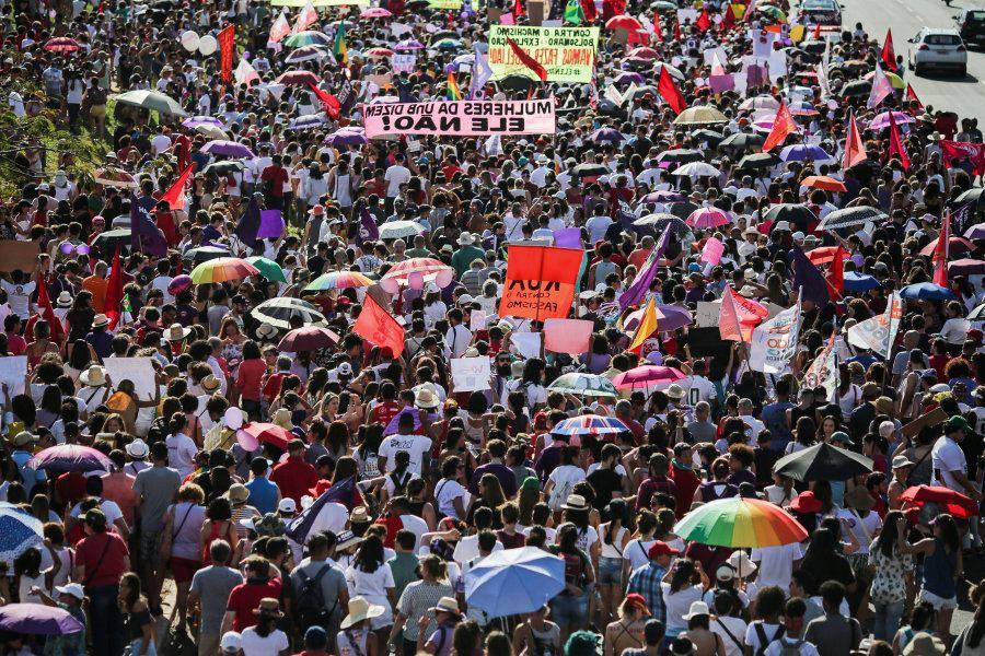 Manifestantes caminham contra a candidatura de Jair Bolsonaro em 29 de setembro, em Brasília