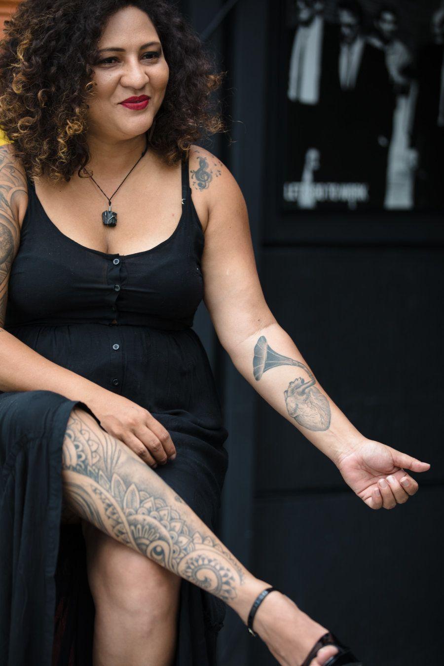 Vivian mostra a tatuagem de gramofone, que representa a banda que montou em 2015 e da qual continua líder...