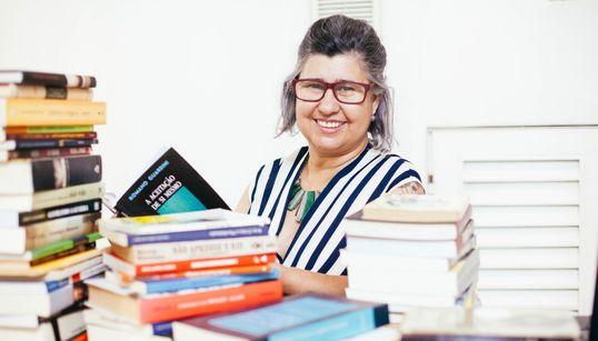 Cida Caldas, a mulher que transformou a paixão por livros em