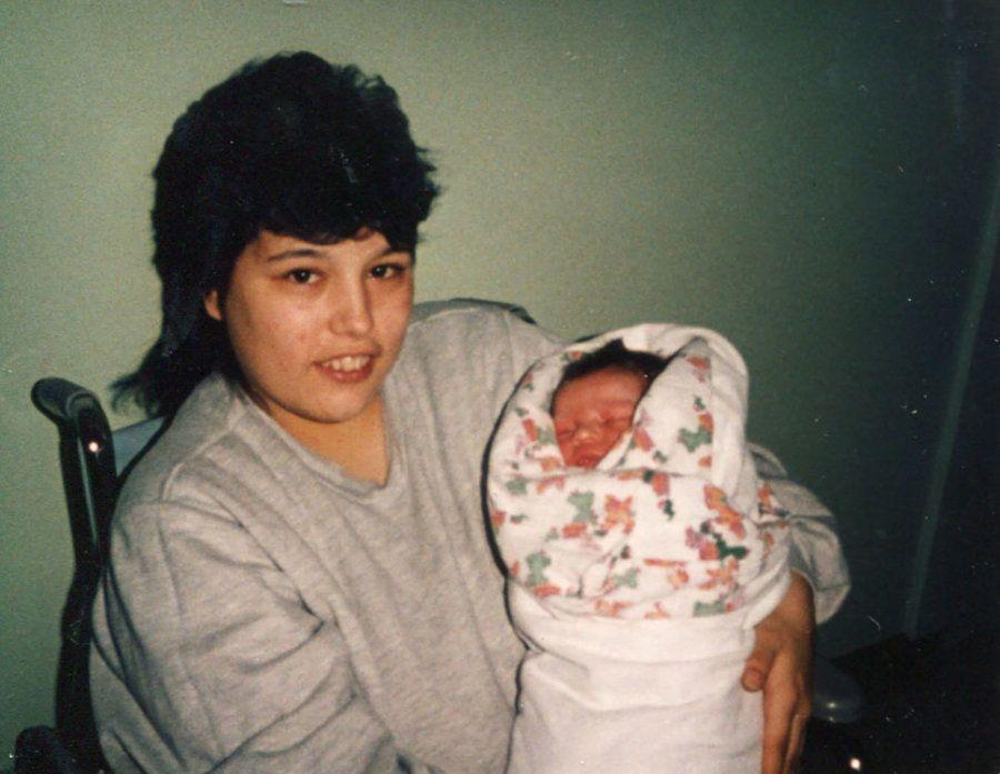Foto fornecida pela família mostra Deirdre aos 18 anos, segurando sua filha