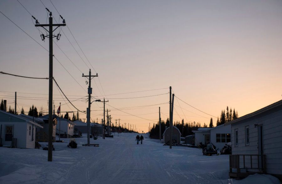 Meninas caminham por uma das ruas principais de Rigolet, vilarejo remoto na Província de Terra Nova e...