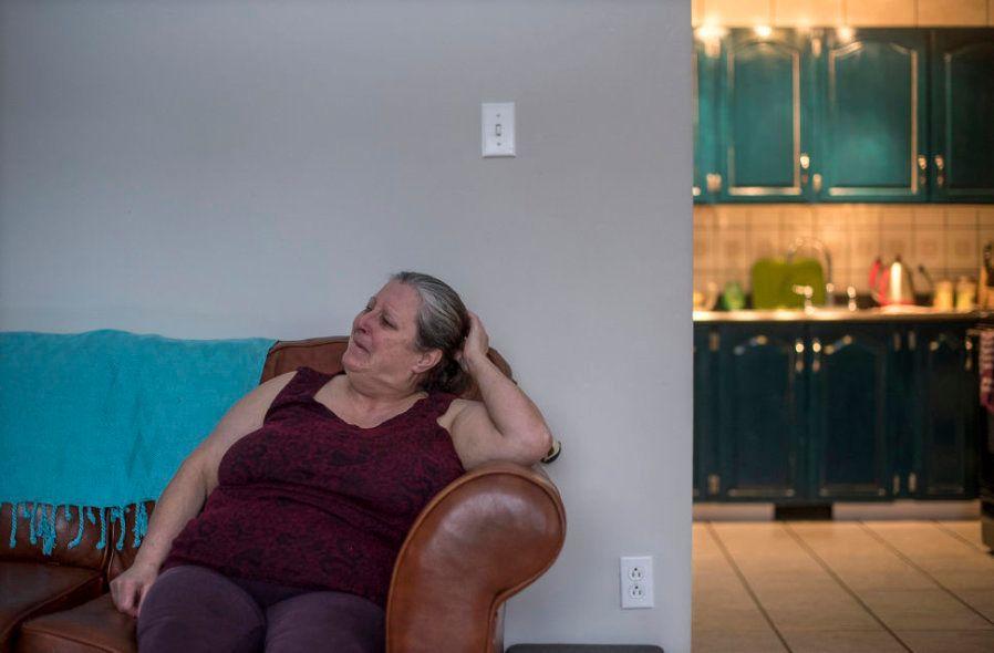 Charlotte Wolfrey chora ao lembrar de Deirdre, assassinada pelo marido há 25 anos na comunidade inuit...