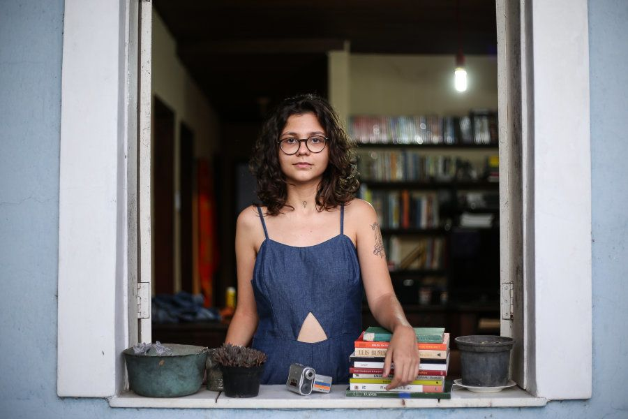 Cineasta e ativista feminista, ela enfrenta suas opressões diárias com a arma mais poderosa possível:...