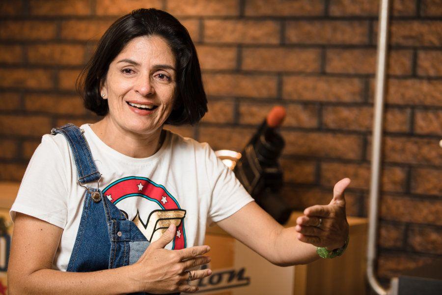 Nívia Salgado, 43 anos, escolheu ser cinegrafista em 2002 e sofreu preconceito antes mesmo de fazer o
