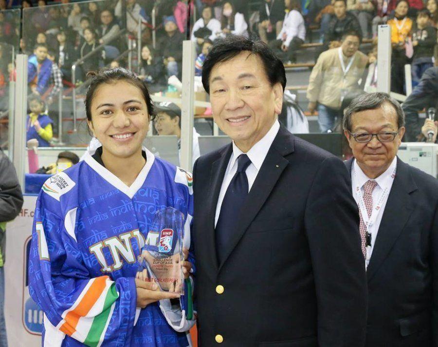 Noor Jahan recebe o prêmio de melhor goleira da edição de 2016 da Challenge Cup of Asia, em Taipei,