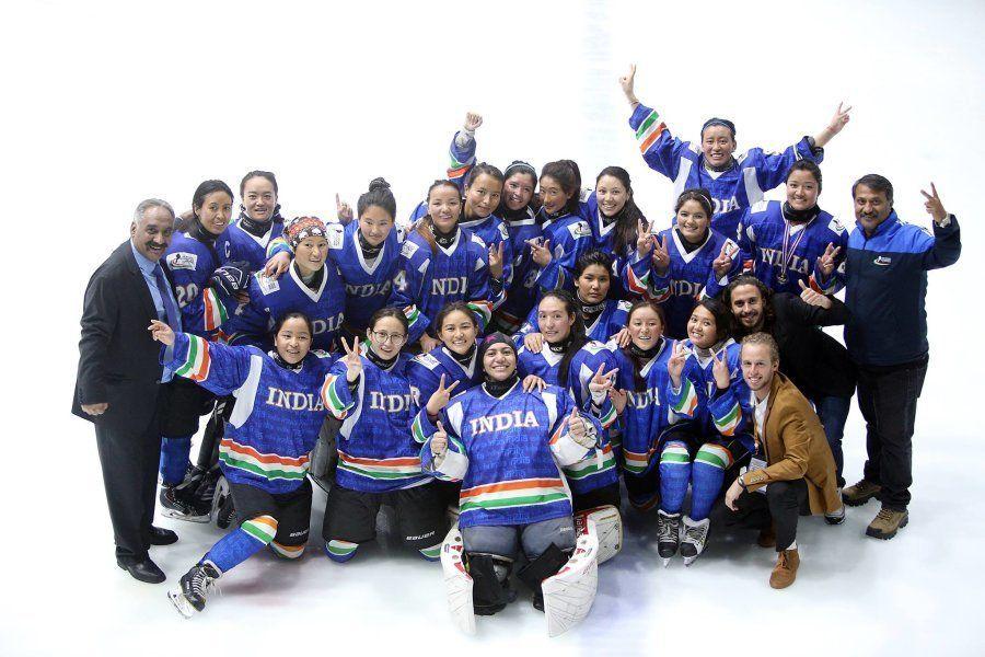 A seleção feminina de hóquei no gelo posa para foto na edição deste ano da Challenge Cup of Asia, em...