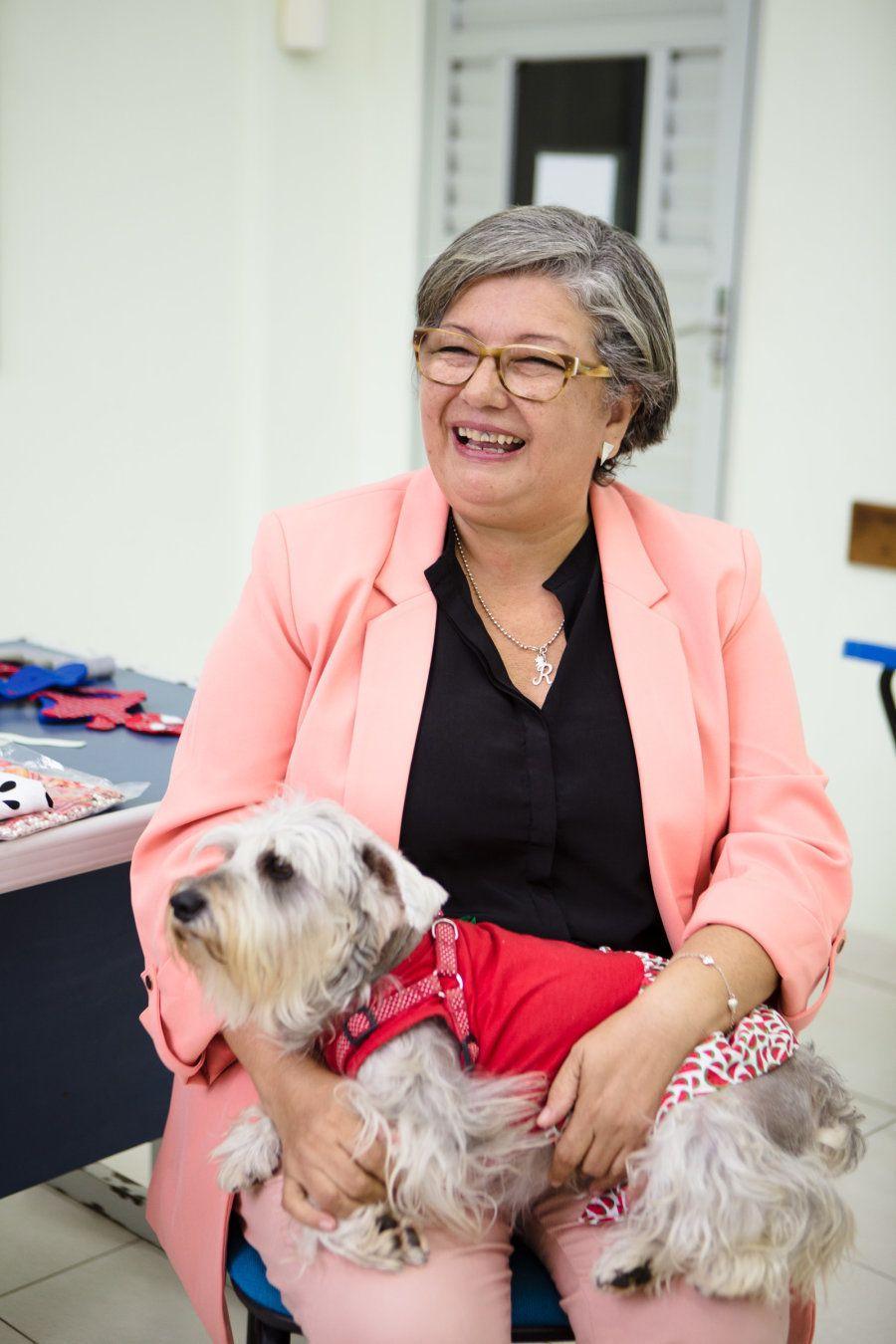 Imma Britto, uma cadela da raça alemã Schnauzer tem um papel fundamental nas visitas que a voluntária...