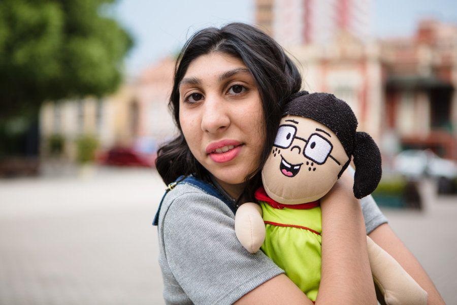 Maria Luiza não larga sua boneca de