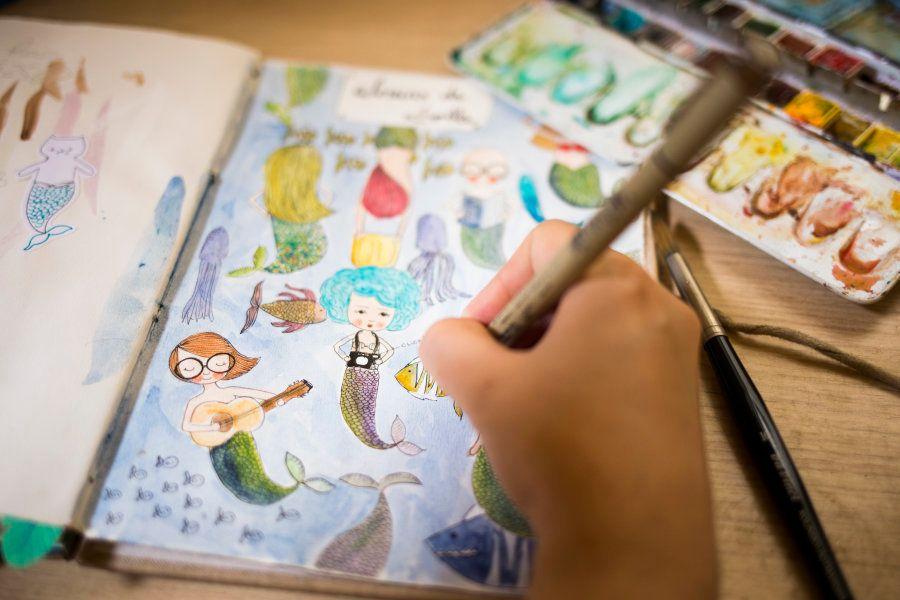 Advogada por formação, Lolla conta que exerceu a profissão por 15 anos, até redescobrir no desenho a...