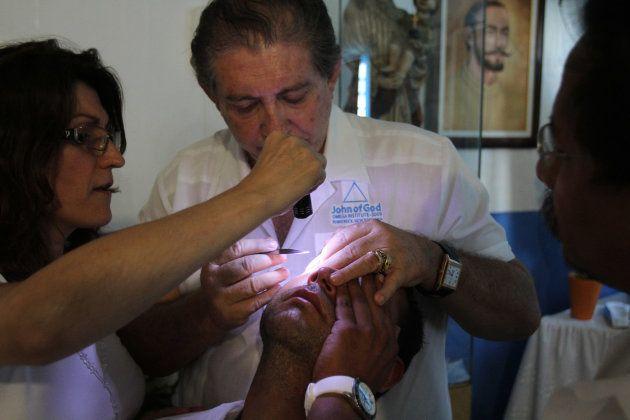 Médium João de Deus realiza cirurgia espiritual em sua