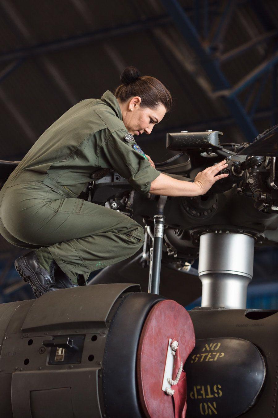 Ela é a única mulher até o momento a ingressar como mecânica de aviação nas forças armadas na região
