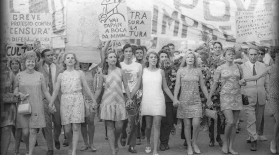 Em 1968, durante a segunda onda feminista, mulheres marcharam à frente de protesto plena ditadura. Entre...