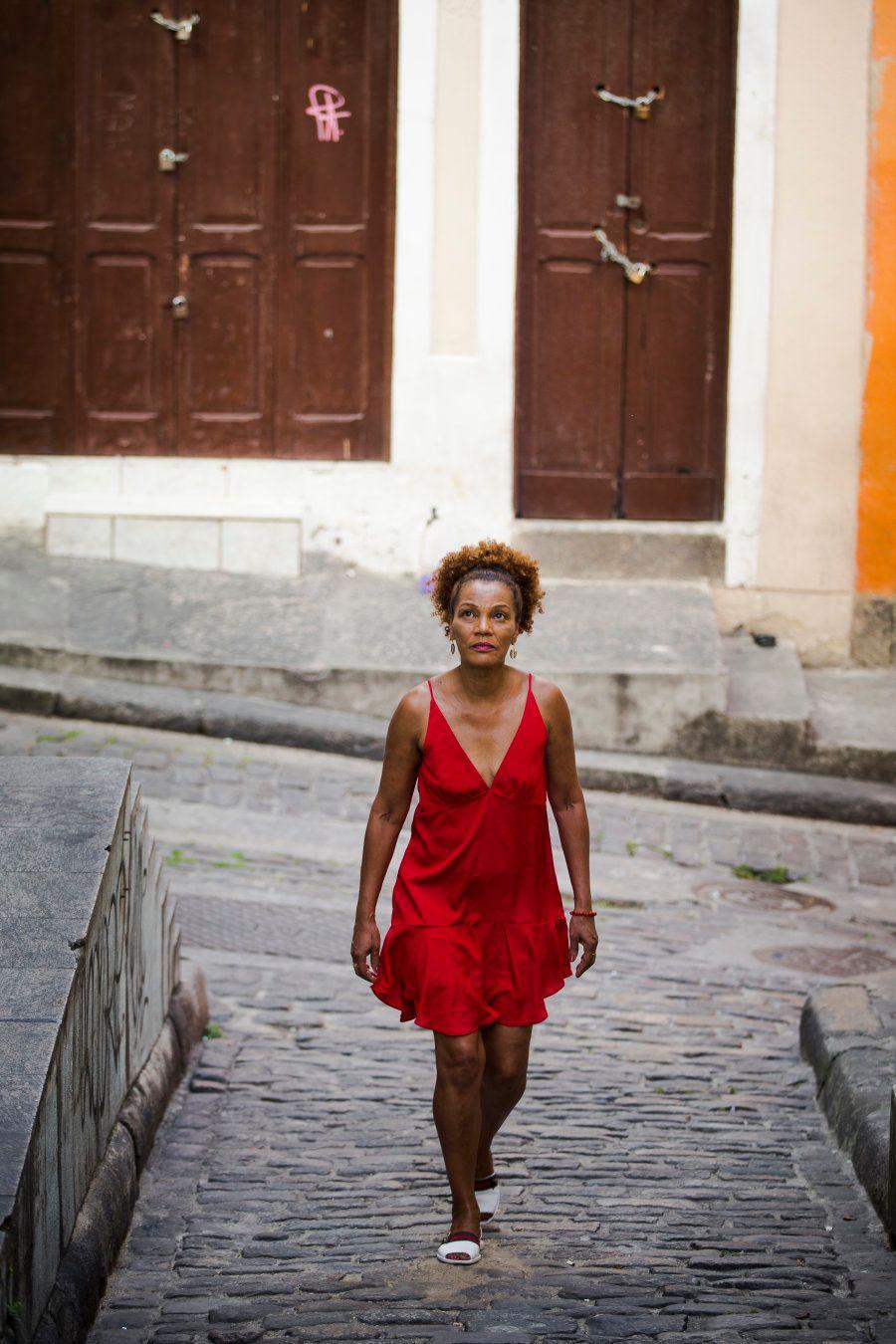 Muitas pessoas abordam Marta na roda de samba querendo tomar conselhos religiosos, mas ela avisa que...