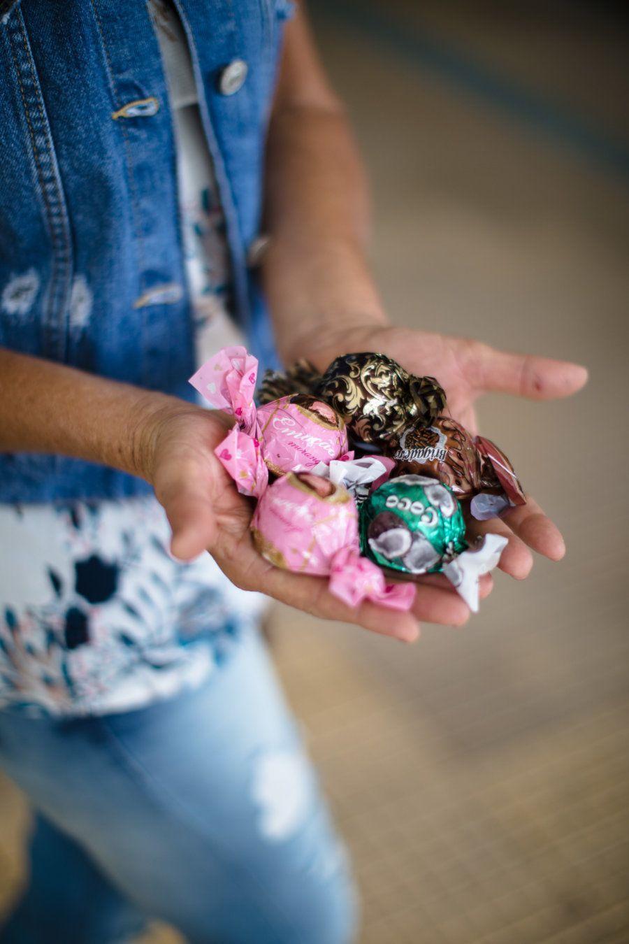 Com a venda das trufas, Francisca consegue se manter -- e, de quebra, levar alegria para quem