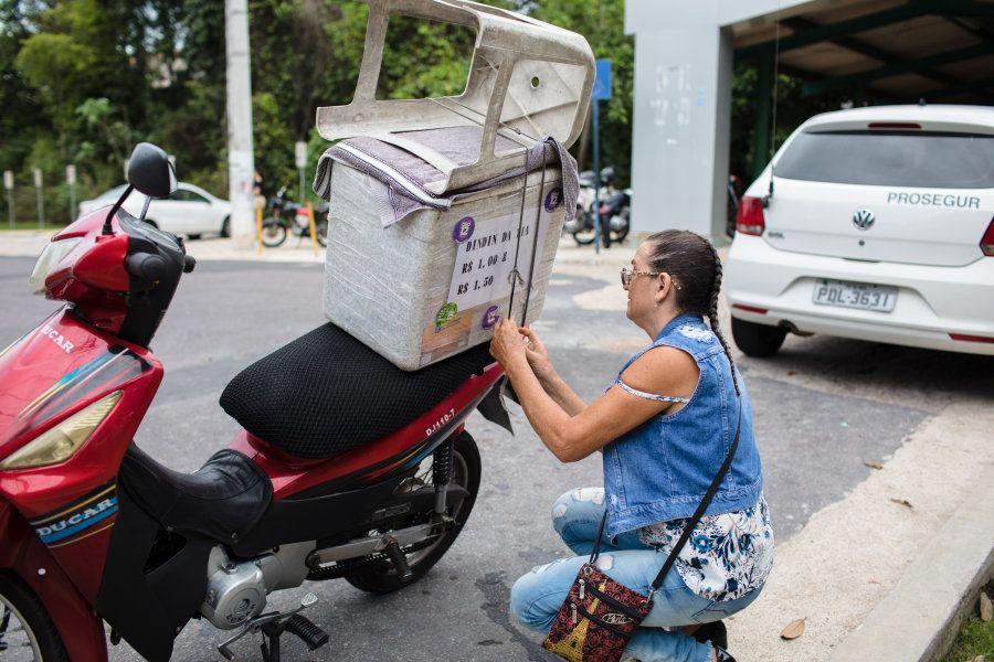 Todos os dias, ela pega sua moto, coloca o isopor com os produtos na garupa e corre para a