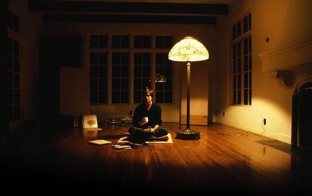 """Steve Jobs em sua casa em 1982. """"Isso era típico da época. Eu era solteiro. Tudo o que você precisava era de uma xícara de chá, uma luz, você sabe, e era tudo o que eu tinha""""."""