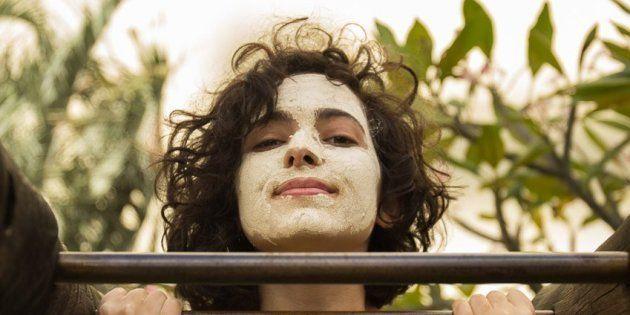 Juliana usa máscara de argila caseira.