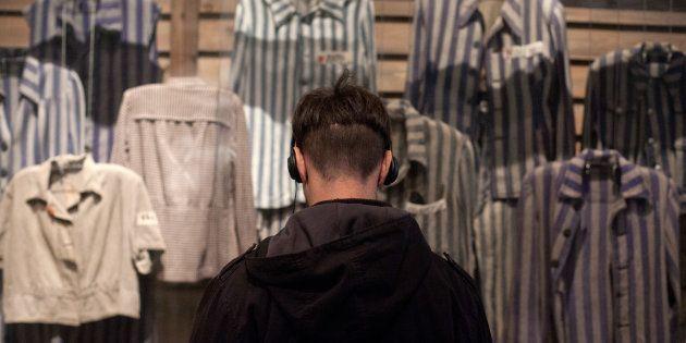 Um homem visita o museu Yad Vashem, em Israel, em memória ao Holocausto.