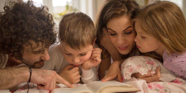 Jovens pais leem histórias para e com seus