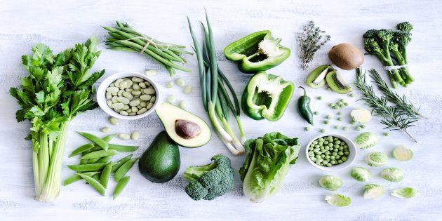 Outras técnicas, como comer conscientemente, também podem ajudar a controlar o desejo por alimentos pouco saudáveis.