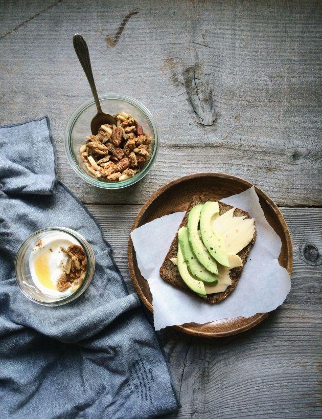 Fontes saudáveis de gordura incluem abacate, nozes, sementes, peixes oleosos e sementes de